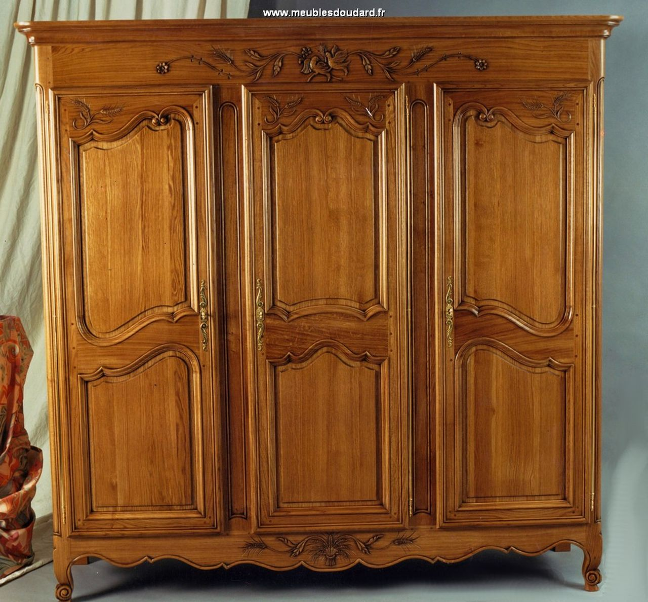 armoire en ch ne grande armoire en bois massif armoire 3 portes avec sculpture. Black Bedroom Furniture Sets. Home Design Ideas