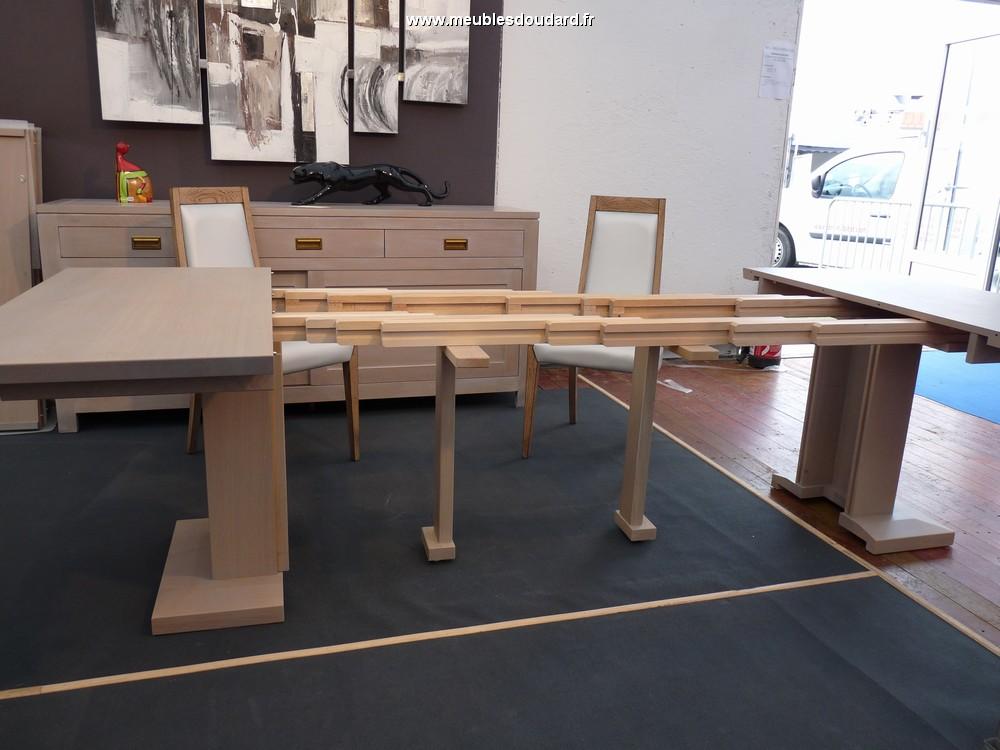table moderne en bois massif carr e. Black Bedroom Furniture Sets. Home Design Ideas